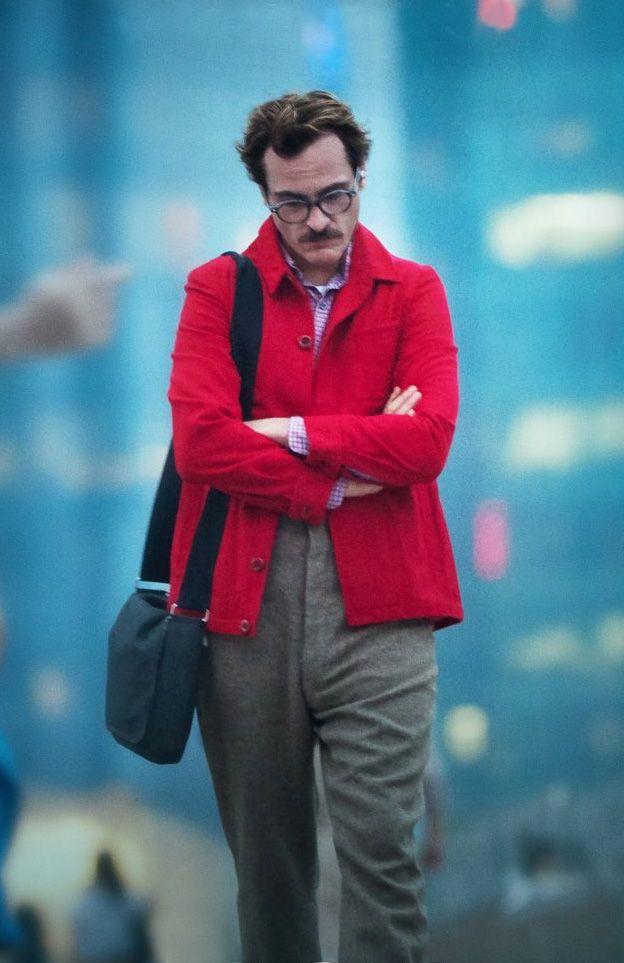 "Joaquin Phoenix jako Theodore. Kadr z filmu ""Ona"""